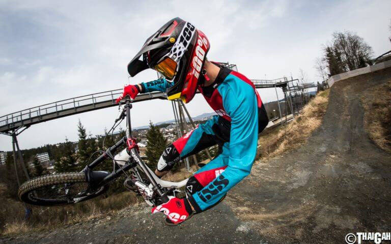 Biker im Bikepark Winterberg ist sportlich aktiv am Erlebnisberg Kappe